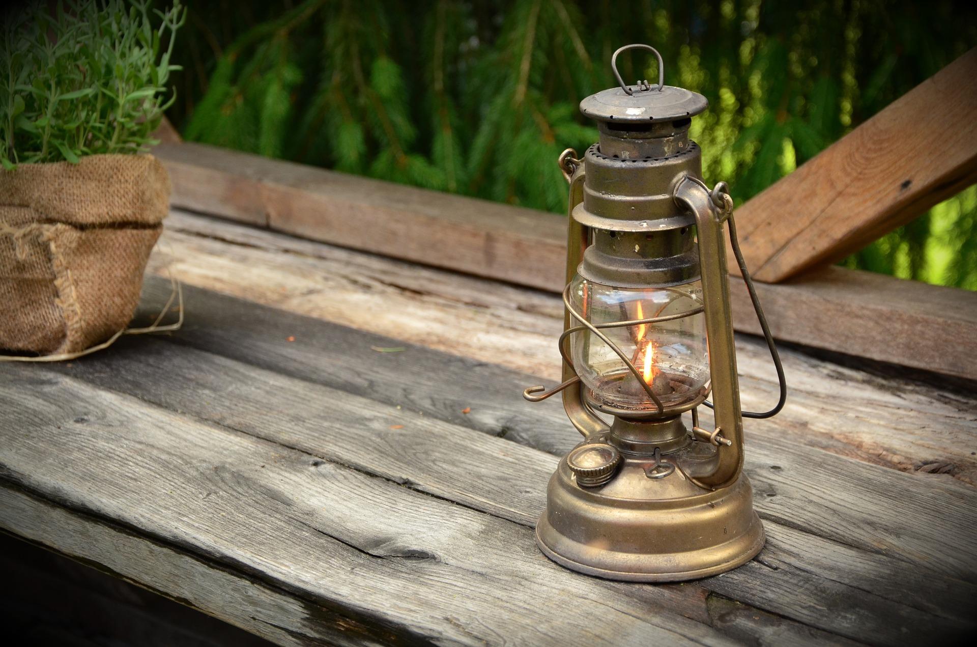 kerosene-lamp-1453994_1920